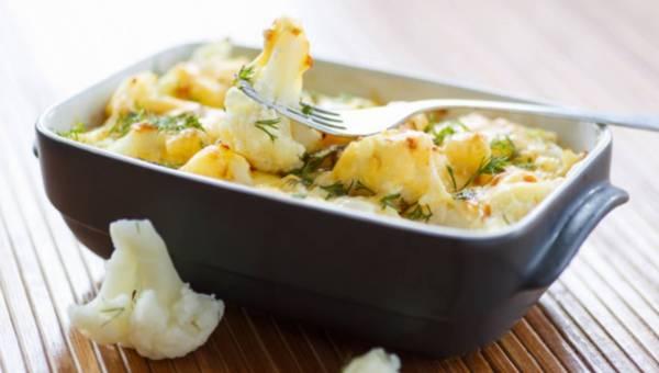 Dla wegetarian: Gotowany kalafior z sosem z sera pleśniowego