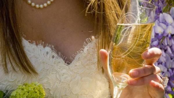 Zrób to sama (DIY) – pomysł na ślubny prezent: kieliszki do szmapna z osobistym grawerunkiem