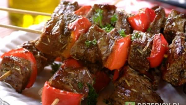 Grillowane wołowe szaszłyki z papryką i rozmarynem
