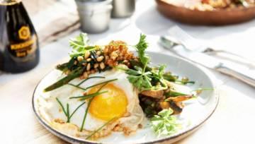 Dla wegetarian: Pęczak ze szparagami, jajem sadzonym i grzybami