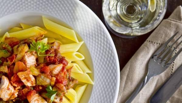 Przepis na: Penne z łososiem w pomidorowym sosie