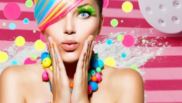 Puder dziecięcy do włosów i twarzy – 8 sposobów jak poprawić urodę z tym kosmetykiem