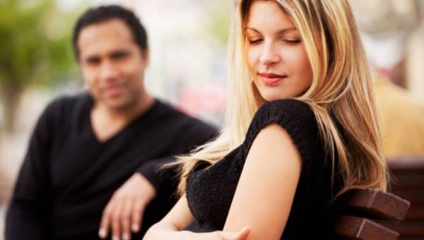 Niedostępność – sposób na zdobycie mężczyzny? Jak udawać kobietę niedostępną?