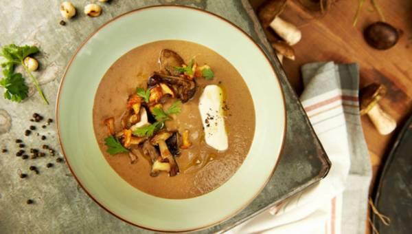 Kremowa zupa grzybowa z sosem sojowym i pieczonymi orzechami