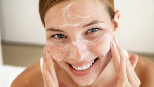 Nawilżacze, kremy, woda? Jak dbać o nawilżenie skóry zimą?