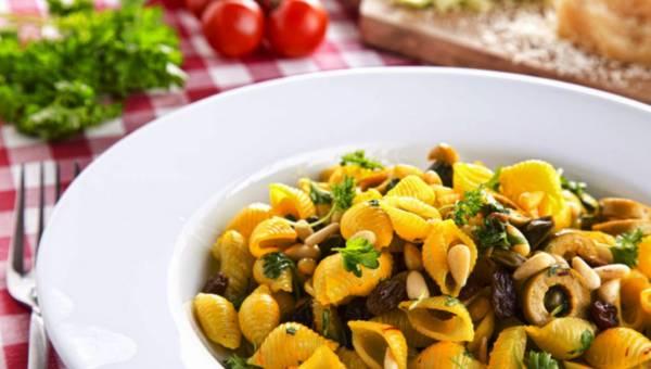 Szybkie danie: Conchiglie Rigate z szafranem, kaparami i rodzynkami