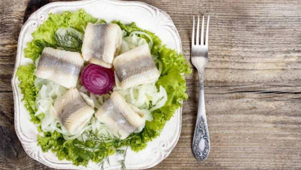 Przepis na: Świąteczne śledzie z sosem czosnkowym
