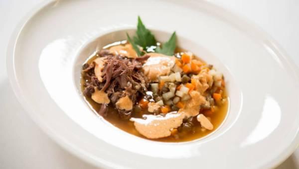 Zupa z ogonów wołowych z soczewicą i paprykową pianką