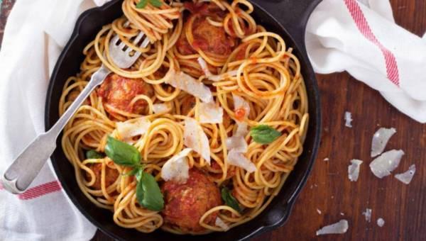 Makaron spaghetti z pulpecikami w sosie pomidorowym