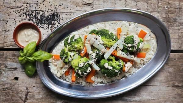 Dla wegetarian: Blanszowane warzywa z sosem z tahini i czarnym sezamem