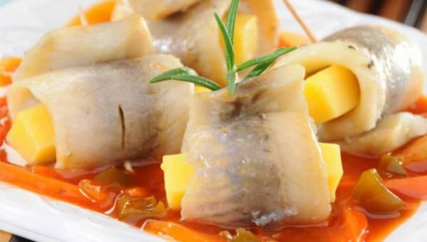 Śledzie w sosie słodko-kwaśnym z ananasem