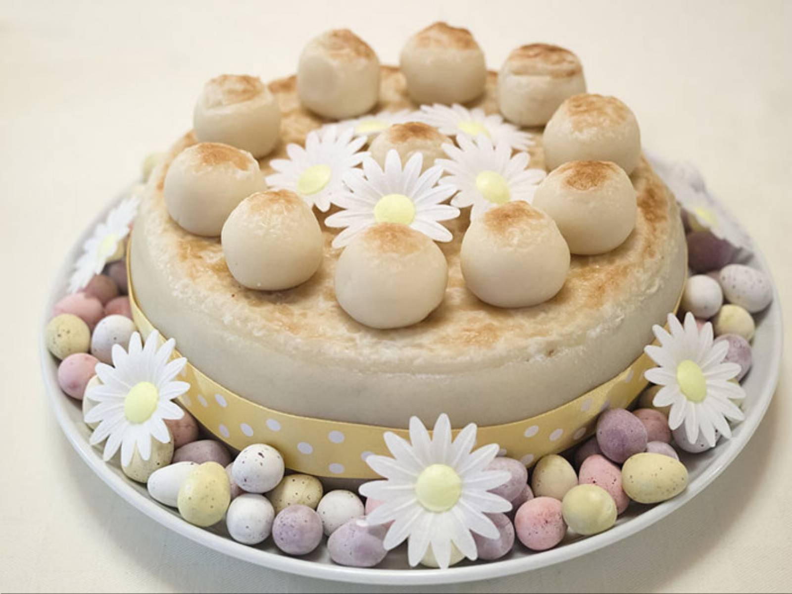 Decorated_Simnel_cake_(14173161143)