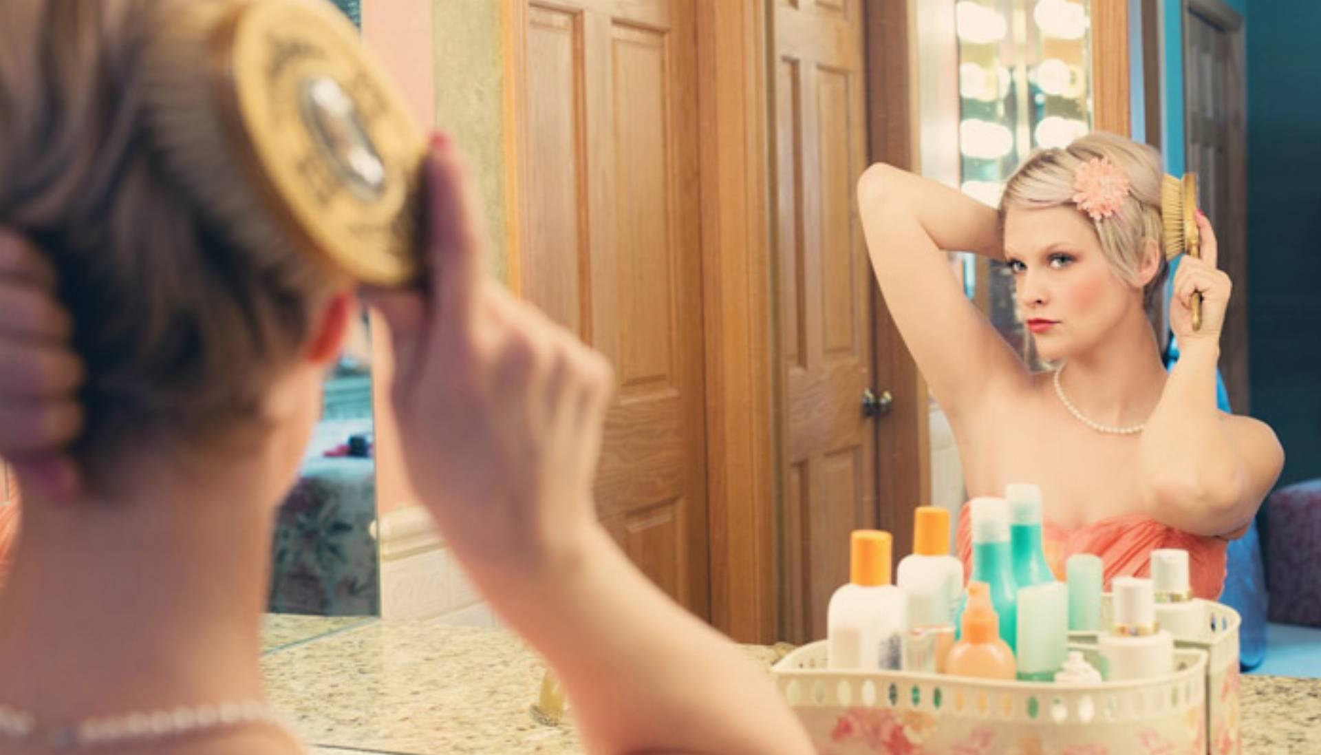 kobieta lustro makijaż