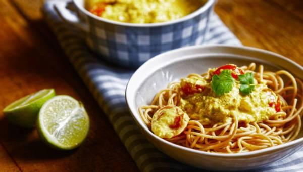 Pełnoziarniste spaghetti z kokosowym kurczakiem curry
