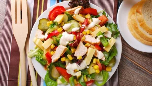 Przepis na: Wiosenna sałatka z żółtym serem i kurczakiem