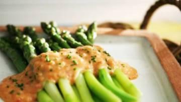 Szparagi z rabarbarowym sosem Hollandaise