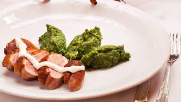 Grillowany filet z kaczki z zielonym purée i sosem czosnkowo – ziołowym