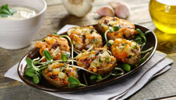 Łódeczki z cukinią, wędzonym łososiem i sosem czosnkowym