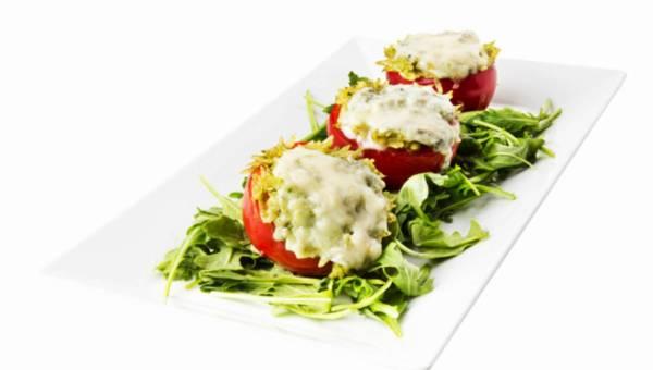 Pomidory malinowe nadziewane makaronem typu ryż z pesto z rukoli i serem pleśniowym