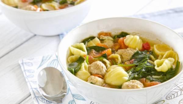 Zupa ze szpinakiem, klopsikami i makaronem muszelki