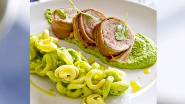Polędwiczka wieprzowa w boczku z makaronem z musem z zielonego groszku