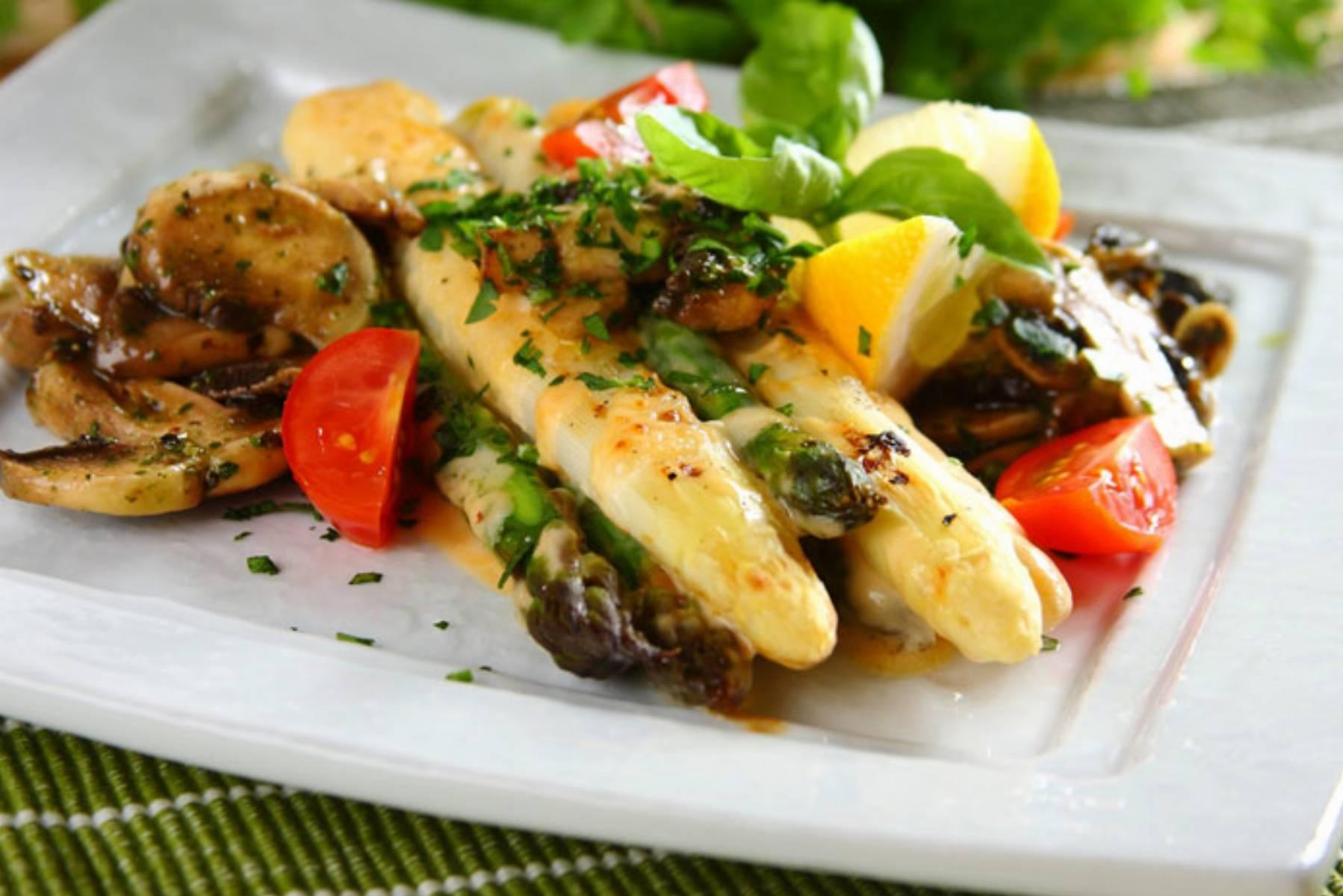 Grillowane szparagi z cheddarem