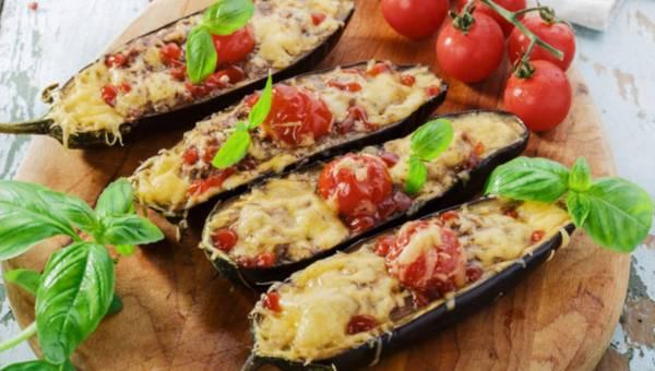 Bakłażany faszerowane mięsem z sosem czosnkowo-ziołowym