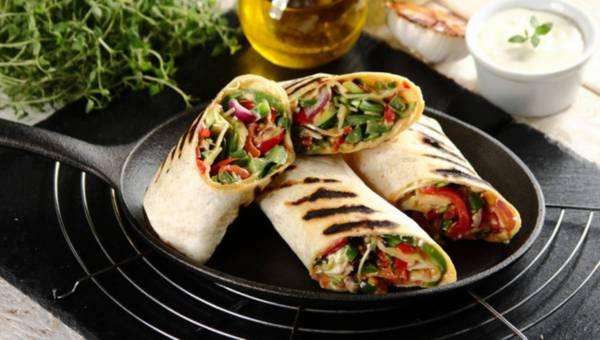 Wegetariańskie grillowane tortille z warzywami i kiełkami słonecznika
