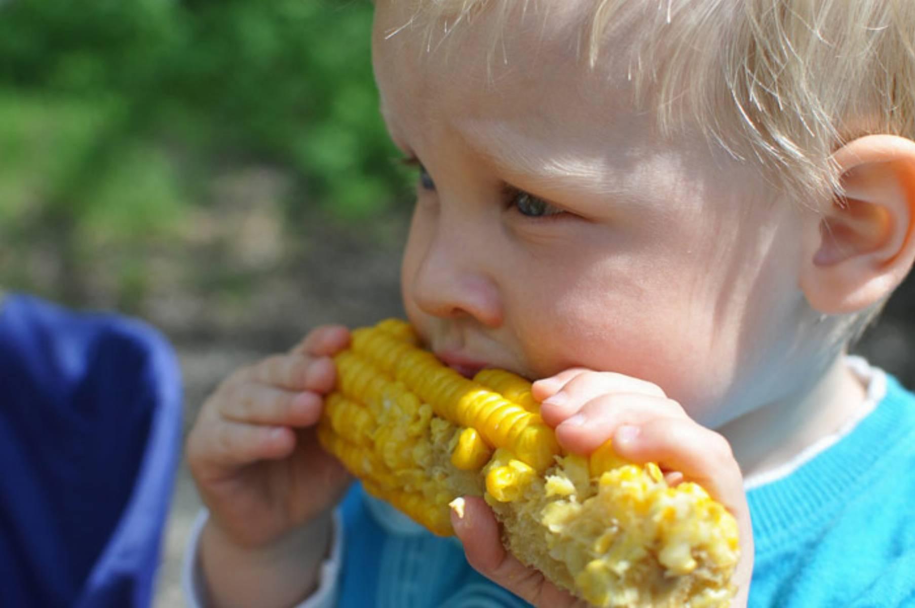 dziecko-jedzące-kukurydzę