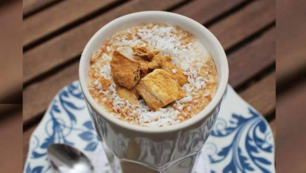 Mrożona kawa z mlekiem sojowym i chrupiącymi puffingowanymi owocami mango