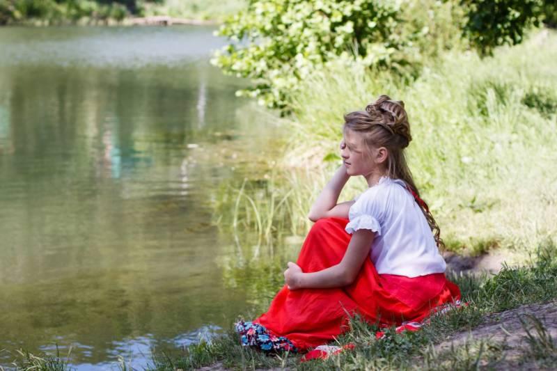 dziewczyna z długimi włosami nad brzegiem jeziora