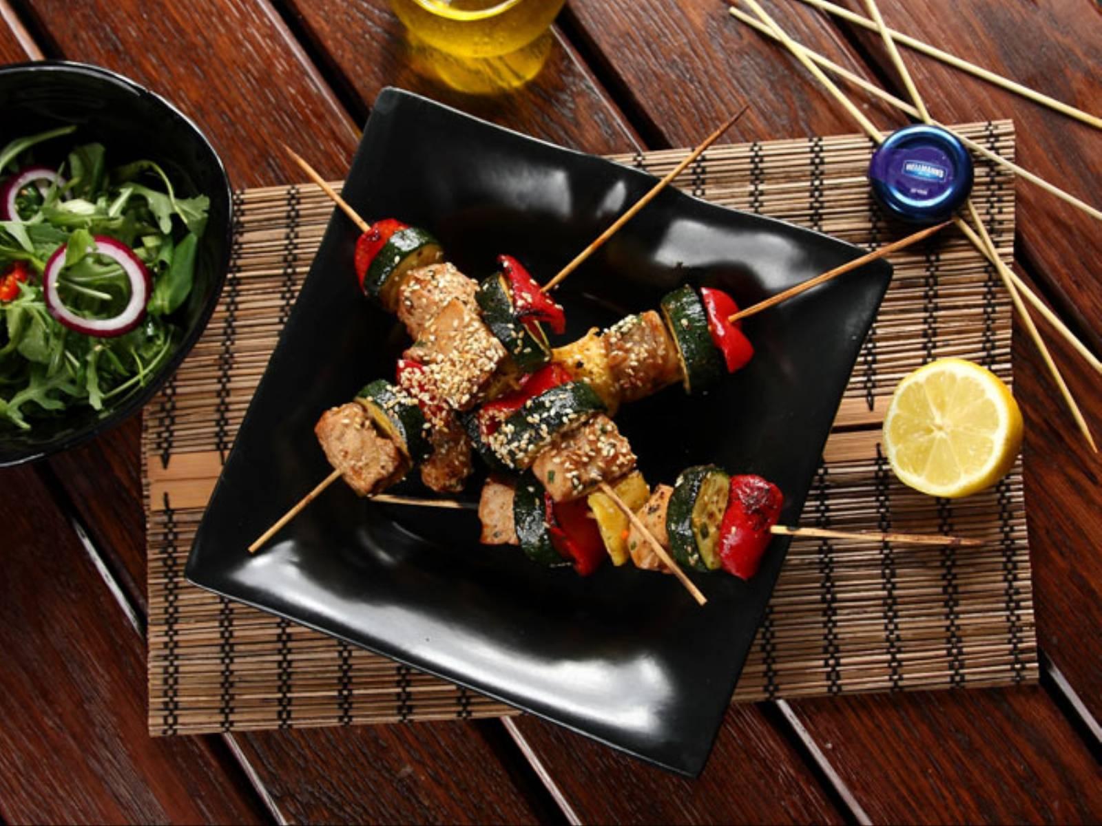 Grillowany szaszłyk z tuńczyka w stylu orientalnym