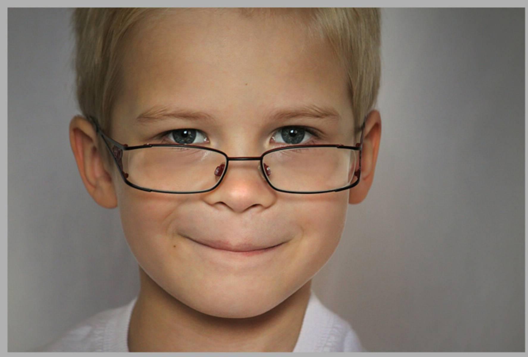 dziecko-w-okularach