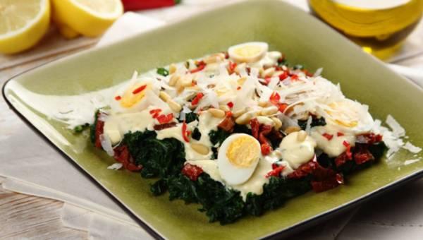 Dla wegetarian: Sałatka z jarmużem, suszonymi pomidorami i jajkami przepiórczymi