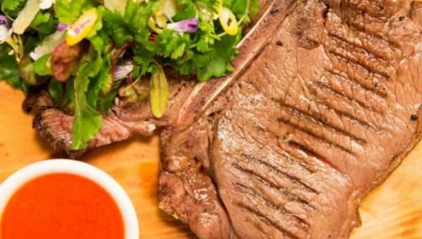 T-Bone stek z sosem paprykowym i liśćmi sałat