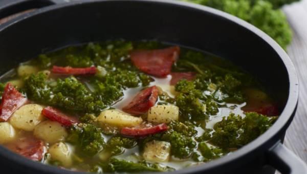 Zupa z kiełbasą typu chorizo i jarmużem