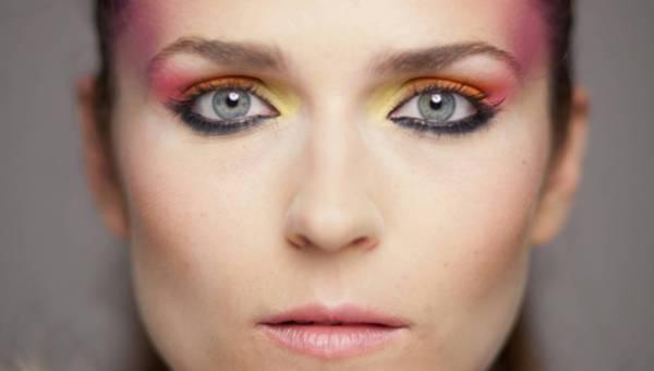 Jak wyszczuplić twarz makijażem? Wszystko co powinnaś wiedzieć o różach i bronzerach!