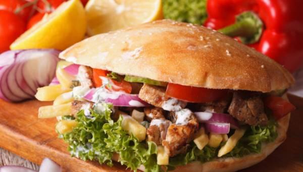 Łatwy domowy kebab z sosem czosnkowym