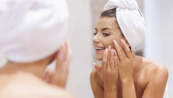 Mycie twarzy pod prysznicem – dlaczego powinnaś tego unikać?