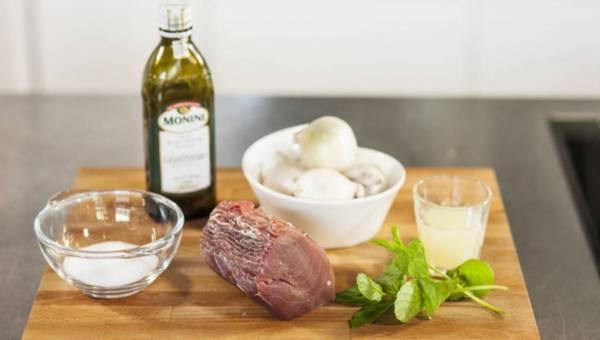 Szybkie i łatwe danie: Świeży tuńczyk z białą cebulą i miętą – na zimno