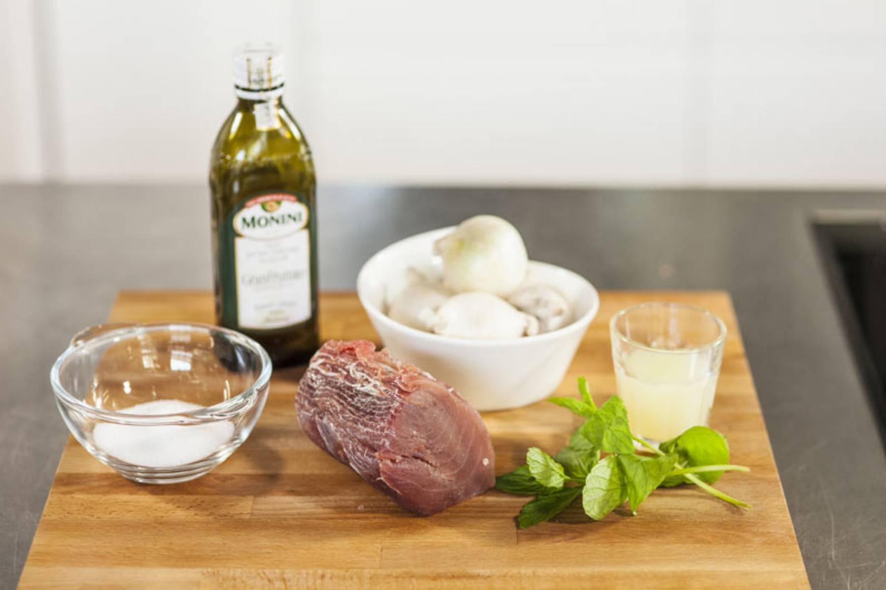 Świeży tuńczyk z białą cebulą i miętą - na zimno