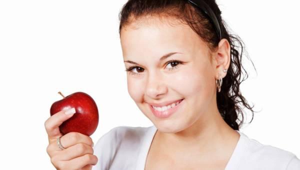 Natura dla zdrowia zębów – co jeść, by mieć piękny uśmiech?