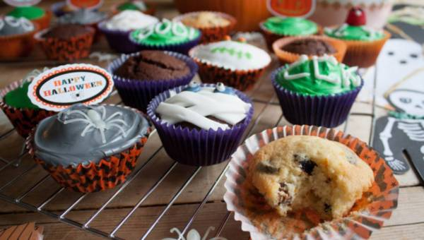 Szybkie halloweenowe muffinki z pomarańczą i śliwką kalifornijską