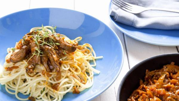 Makaron spaghetti z kaczką pieczoną oraz sosem ze słodkiego czerwonego wina
