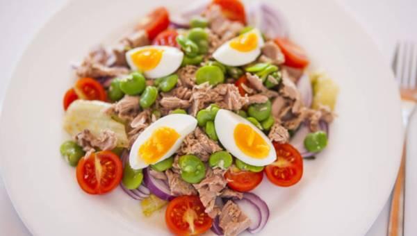Sałatka z bobem, tuńczykiem i gotowanym jajkiem