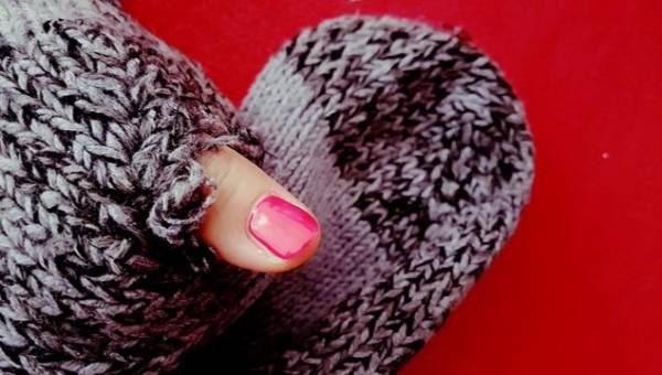 Modne wzorki na paznokcie zima 2015 – efekt swetra
