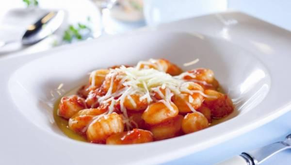 Włoskie kopytka ziemniaczane z pomidorami (GNOCCHI)