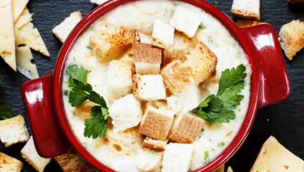 Łatwa zupa serowa ze świeżą pietruszką i grzankami
