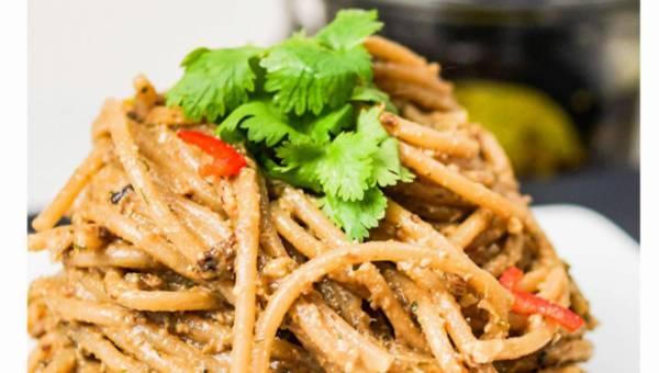 Spaghetti pełnoziarniste z pesto z marynowanych śliwek kalifornijskich