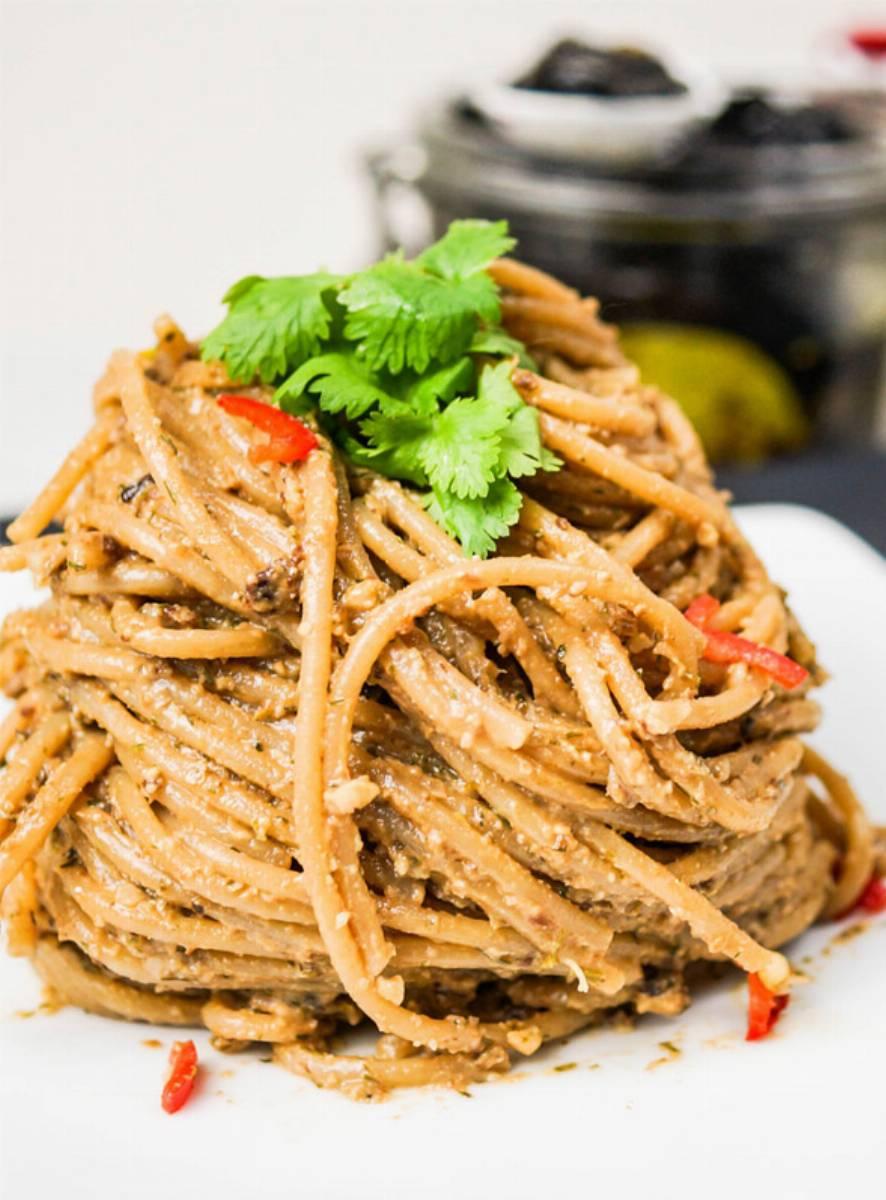 Spaghetti-pełnoziarniste-z-pesto-z-marynowanych-śliwek-kalifornijskich_2